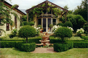 topiary_front_house
